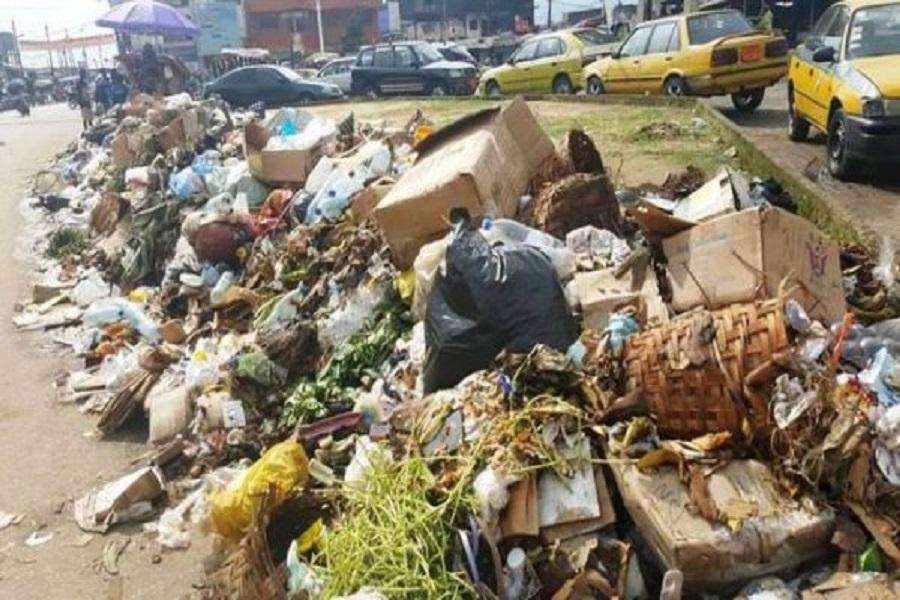 Cameroun : la ville de Buea envahie par les ordures ménagères.