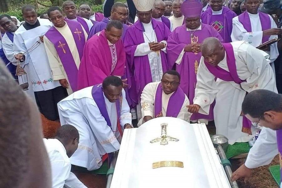Cameroun : Le prêtre kenyan tué  à Kembong (Sud-Ouest)  été inhumé dans son pays natal