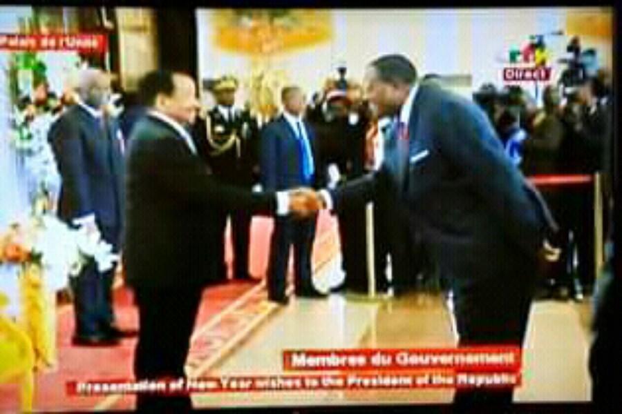 Il serre ainsi pour la première fois la main du président de la république