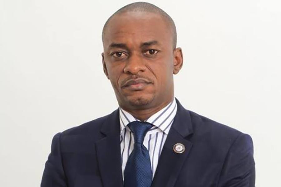 Officiellement de retour en service à l'université, Cabral Libii travaille à l'air libre