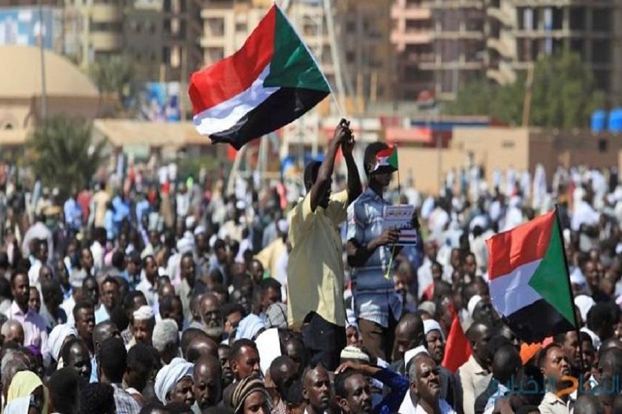 Curiosité : Après avoir fait tomber le régime d'Omar El Béchir, les soudanais demandent à Paul Biya de quitter le pouvoir (vidéo)