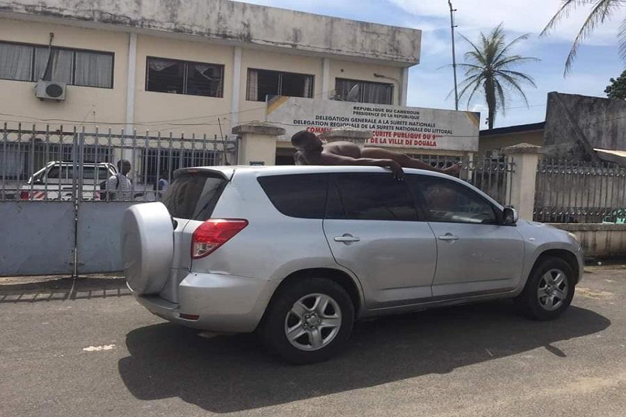 Curiosité/Douala : Un homme se fait conduire  nu sur le toit d'un véhicule