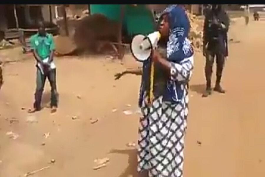 Cameroun-dialogue : à l'aide d'un haut-parleur, le sous-préfet de Ndop appelle les sécessionnistes à déposer les armes.