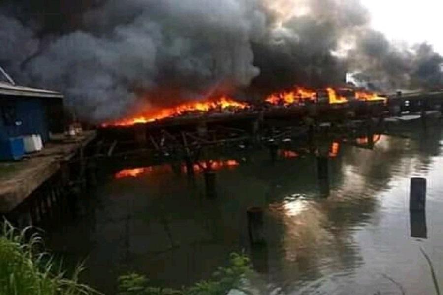 Cameroun : un navire réduit en cendre dans le Sud-ouest.