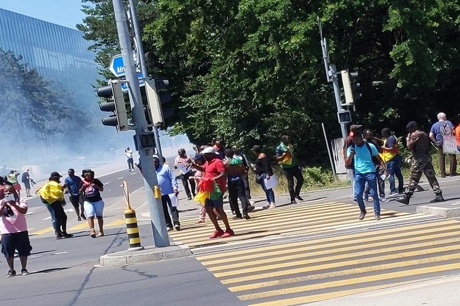 Manifestation de Genève : les canons à eau et gaz lacrymogène pulvérisés sur les éléments de la BAS