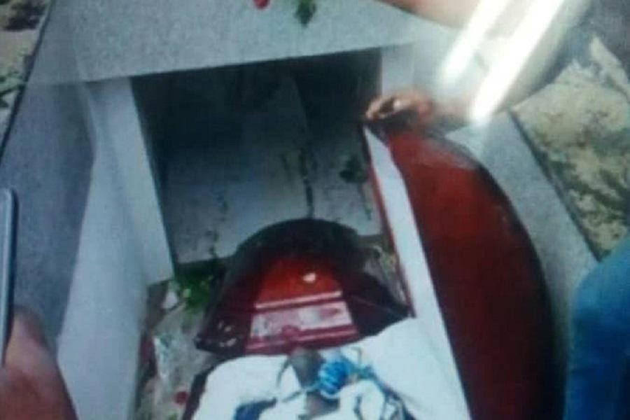 « les chinois » (fans) de DJ Arafat déterrent son cercueil pour s'assurer de sa mort
